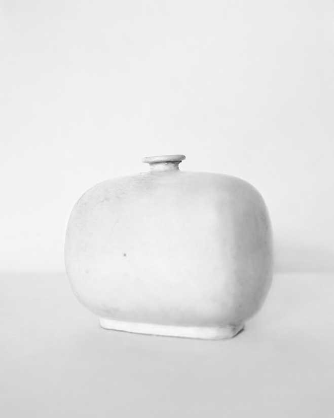 In-the-Pursuit-of-White---Porcelain-Vessels-Photographed-by-Bohnchang-Koo-7